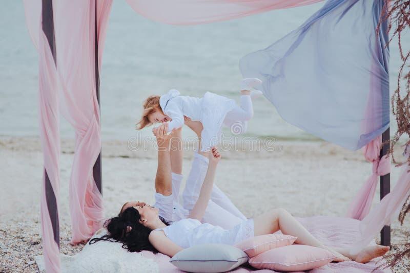 Mattina della famiglia alla spiaggia fotografia stock libera da diritti