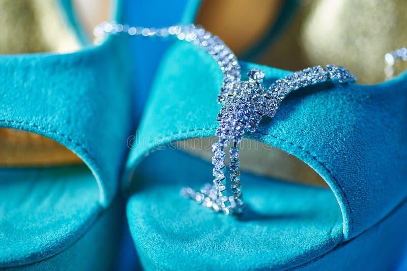 Mattina della sposa Accessori di nozze e scarpe del turchese fotografia stock libera da diritti