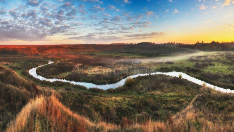 Mattina di autunno alba pittoresca nella valle del fiume immagini stock libere da diritti