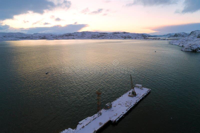 Mattina di febbraio sopra il rilevamento aereo della baia di Teriberskaya Teriberka, Russia fotografie stock libere da diritti