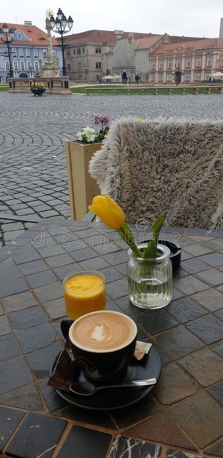 Mattina di fine settimana della primavera in Timisoara Romania ad un posto del caffè nel quadrato del sindacato del quadrato di  immagini stock