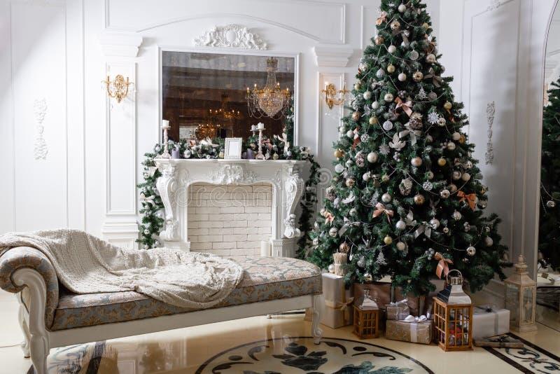 mattina di Natale classici lussuosi appartamenti con caminetto bianco e albero di Natale decorato Biglietto festivo immagine stock libera da diritti