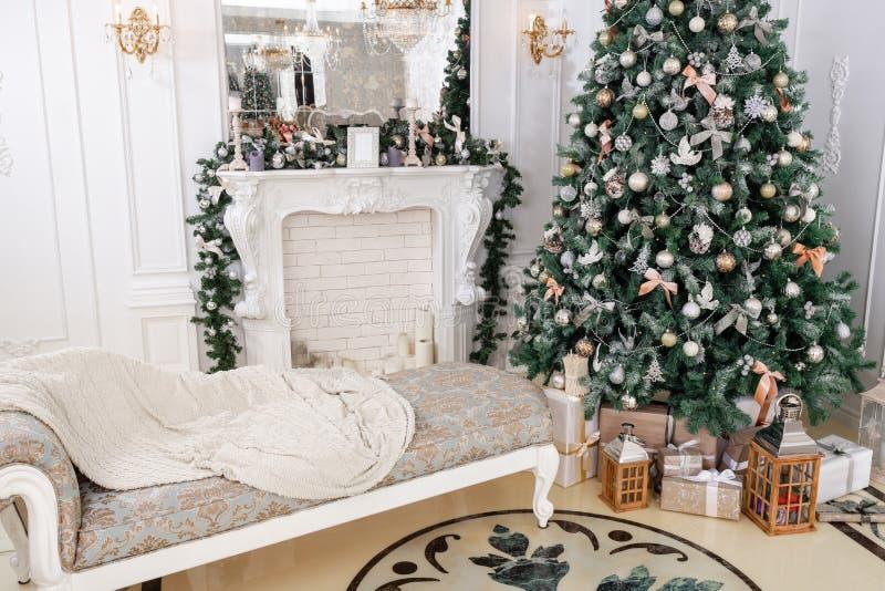 mattina di Natale classici lussuosi appartamenti con caminetto bianco e albero di Natale decorato Biglietto festivo fotografia stock libera da diritti