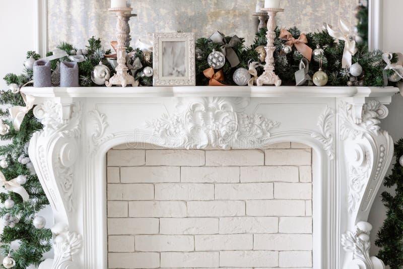 mattina di Natale classici lussuosi appartamenti con caminetto bianco e albero di Natale decorato Biglietto festivo fotografia stock