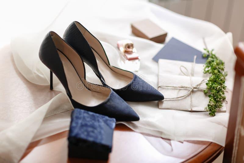Mattina di nozze Bei dettagli blu di nozze delle scarpe della sposa chiuda sugli accessori della donna di vista fotografia stock libera da diritti