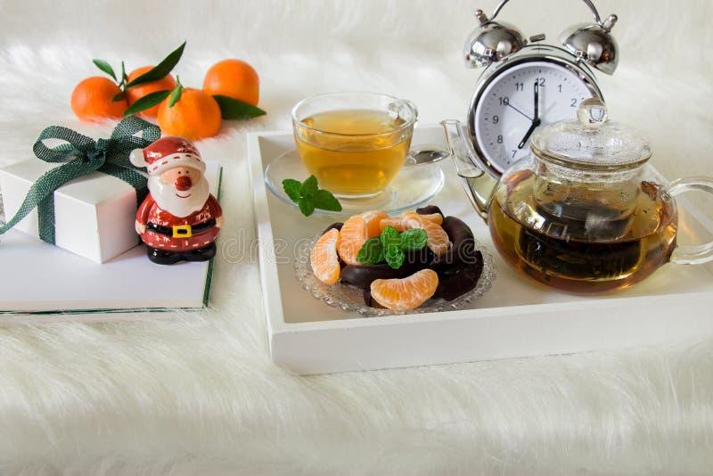 Mattina felice di inverno con il tè, il dessert ed il regalo verdi della menta immagine stock libera da diritti