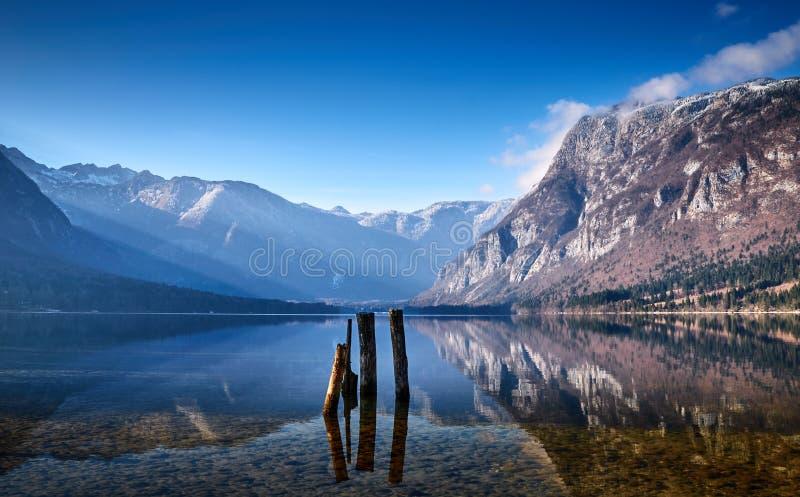 Mattina fredda di inverno nel lago Bohinj nel parco nazionale di Triglav fotografia stock libera da diritti