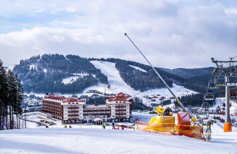 Mattina gelida di inverno Pista di sci alpino e ascensore di sci fotografia stock libera da diritti