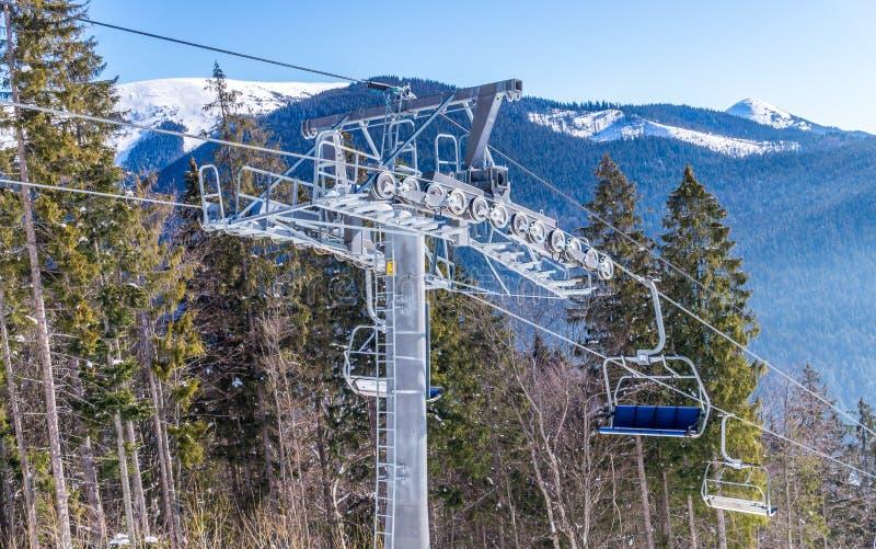 Mattina gelida di inverno Pista di sci alpino e ascensore di sci fotografie stock
