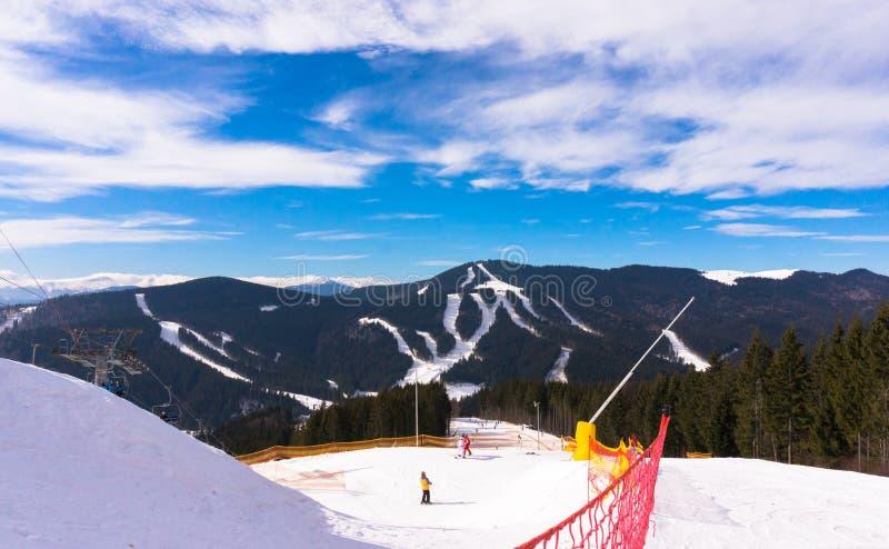 Mattina gelida di inverno Pista di sci alpino e ascensore di sci fotografia stock
