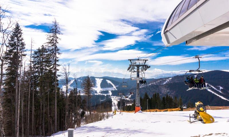 Mattina gelida di inverno Pista di sci alpino e ascensore di sci fotografie stock libere da diritti