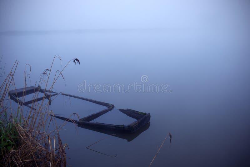 Mattina nebbiosa dal lago fotografie stock
