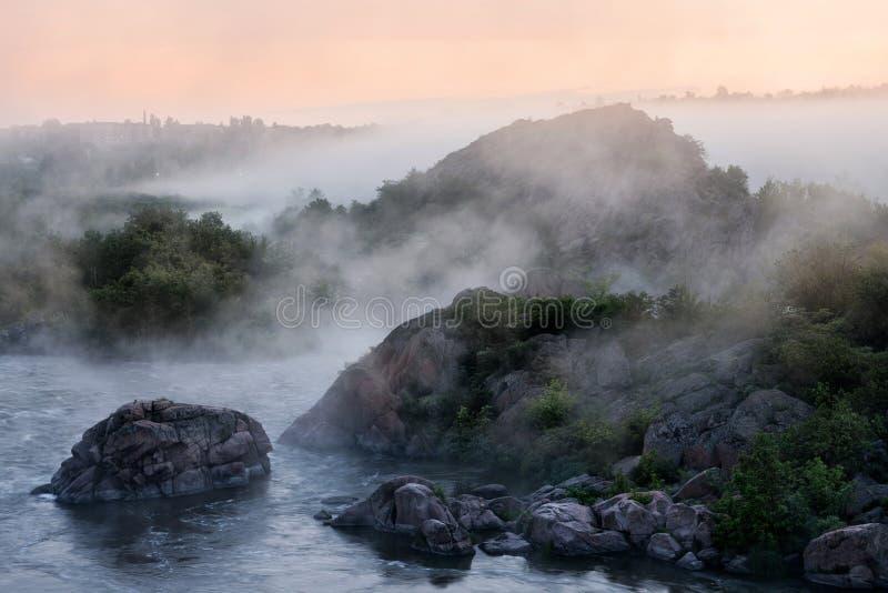 Mattina nebbiosa del fiume immagini stock