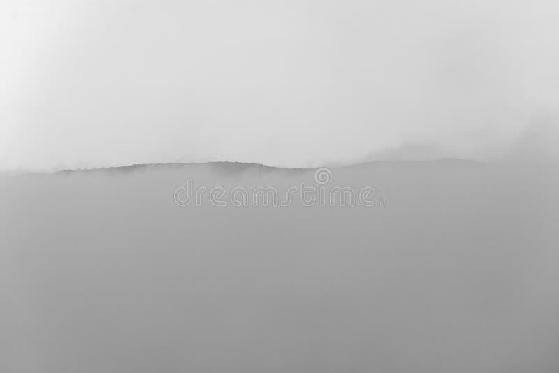 Mattina nebbiosa monocromatica con la montagna fotografia stock libera da diritti