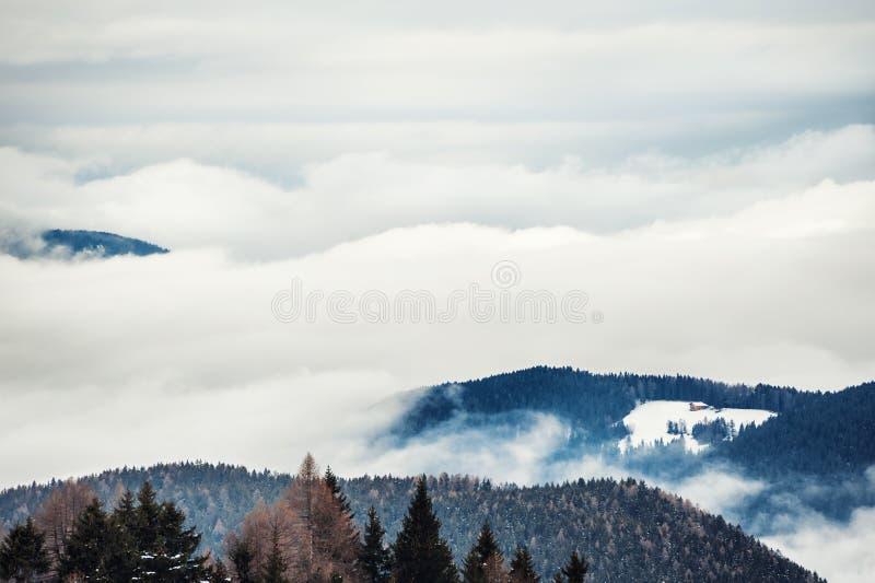 Mattina nebbiosa nelle montagne di inverno ALPI DELLA DOLOMIA, ITALIA fotografia stock