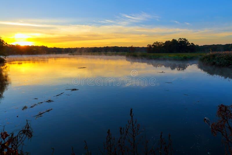 Mattina nebbiosa su un piccolo lago fotografie stock