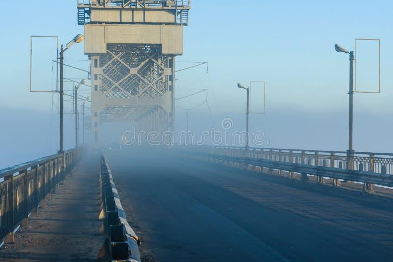 Mattina nebbiosa su un ponte in Kremenchug, l'Ucraina fotografie stock libere da diritti
