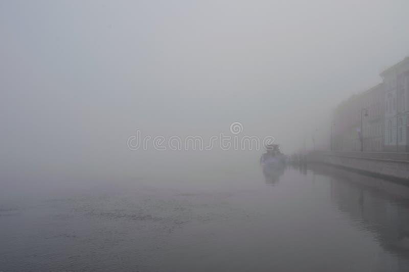 Mattina nebbiosa sul fiume Neva Russia St Petersburg fotografia stock