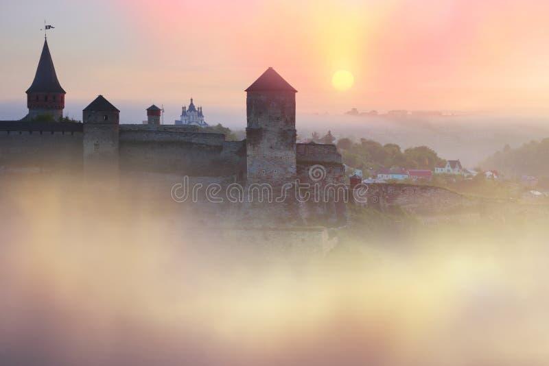 Mattina nebbiosa sulla fortezza del fiume immagini stock libere da diritti