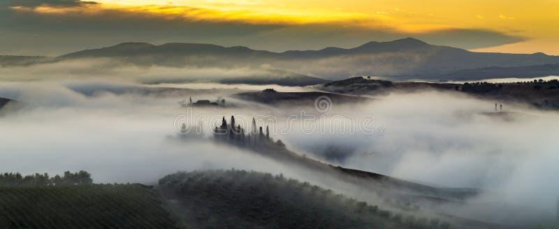 Mattina nebbiosa in Toscana immagine stock libera da diritti