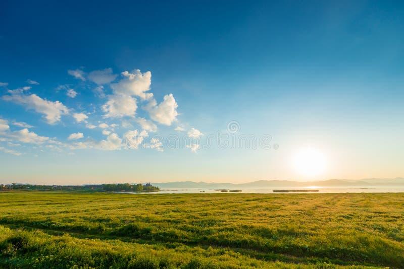 Mattina, nel campo di struttura e nel lago Sevan, un paesaggio pittoresco fotografie stock