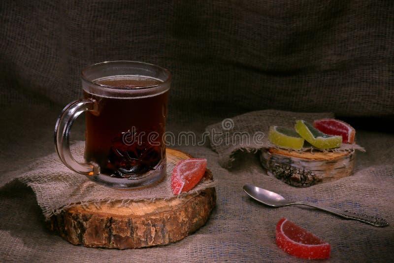 Mattina nel villaggio: tisana con marmellata d'arance fotografie stock