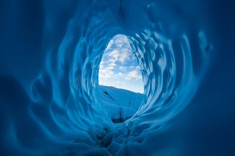 Mattina nella regione selvaggia d'Alasca Nuvole vedute ad alba dall'interno di grande caverna di ghiaccio blu sul ghiacciaio di M immagine stock libera da diritti