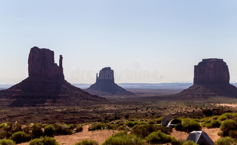 Mattina nella valle del monumento Tende turistiche in mezzo delle rocce di sbriciolatura dell'Arizona fotografie stock libere da diritti
