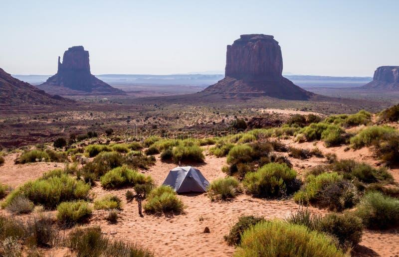 Mattina nella valle del monumento Tende turistiche in mezzo delle rocce di sbriciolatura dell'Arizona fotografia stock