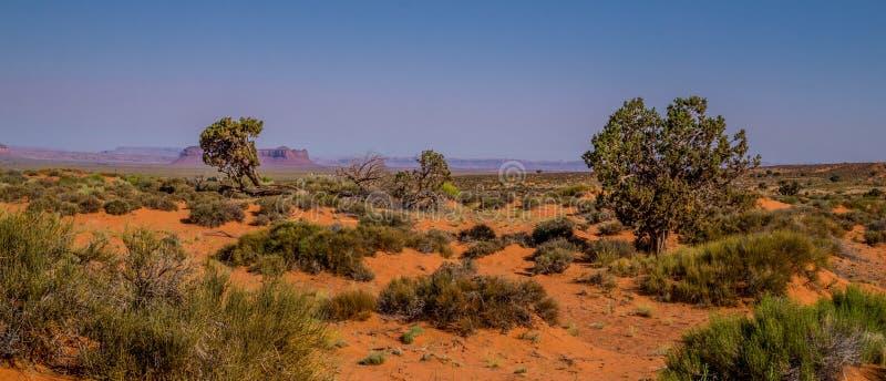 Mattina nella valle del monumento Tende turistiche in mezzo delle rocce di sbriciolatura dell'Arizona immagini stock libere da diritti