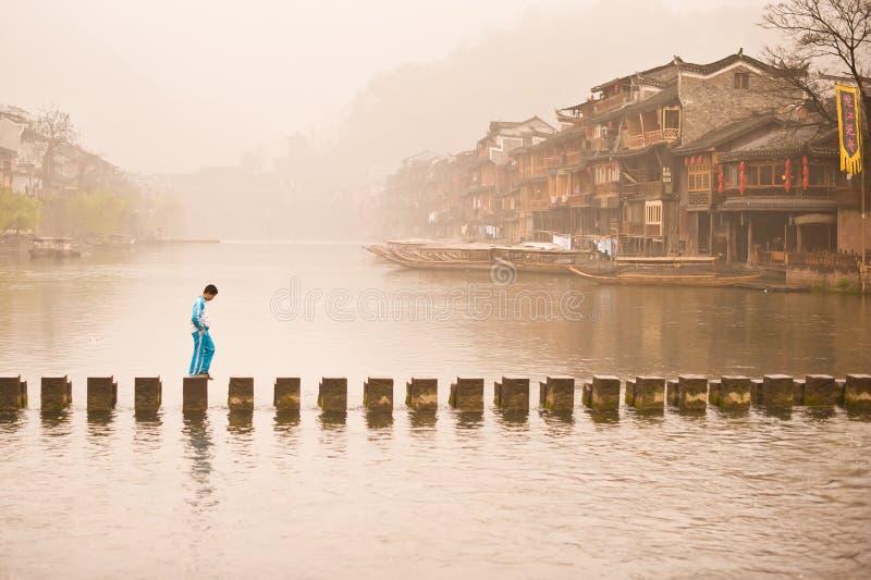 Mattina nella vecchia città di Feng Huang fotografie stock libere da diritti