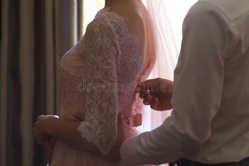 Mattina nuziale Bella donna in vestito dentellare fotografia stock libera da diritti
