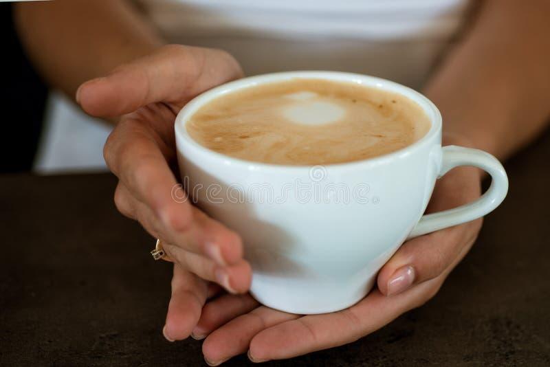 mattina perfetta con migliore caffè rilassi in caffè o in caffetteria e beva il caffè fresco di mattina con latte e la crema schi immagini stock libere da diritti