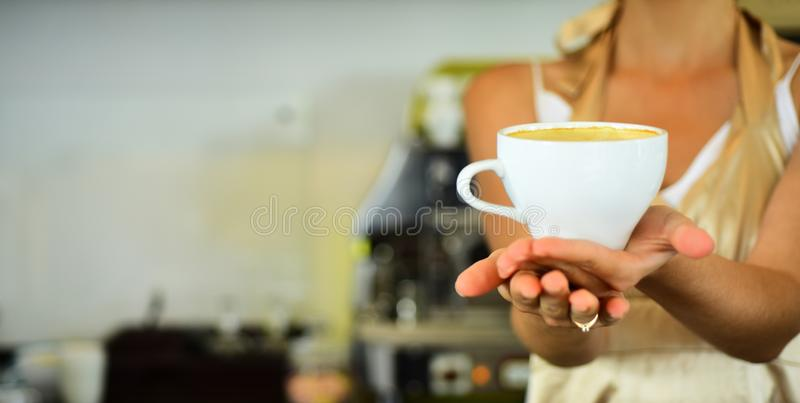 Mattina piacevole rilassi in caffè o in caffetteria e beva mattina perfetta con migliore caffè caffè fresco di mattina con latte immagine stock libera da diritti