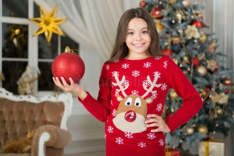 mattina prima di natale Festa di nuovo anno Nuovo anno felice piccola ragazza felice a natale Natale Il bambino gode della festa fotografia stock libera da diritti