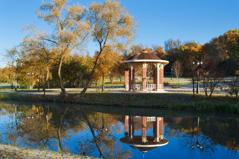 Mattina soleggiata nel parco minsk belarus fotografie stock libere da diritti