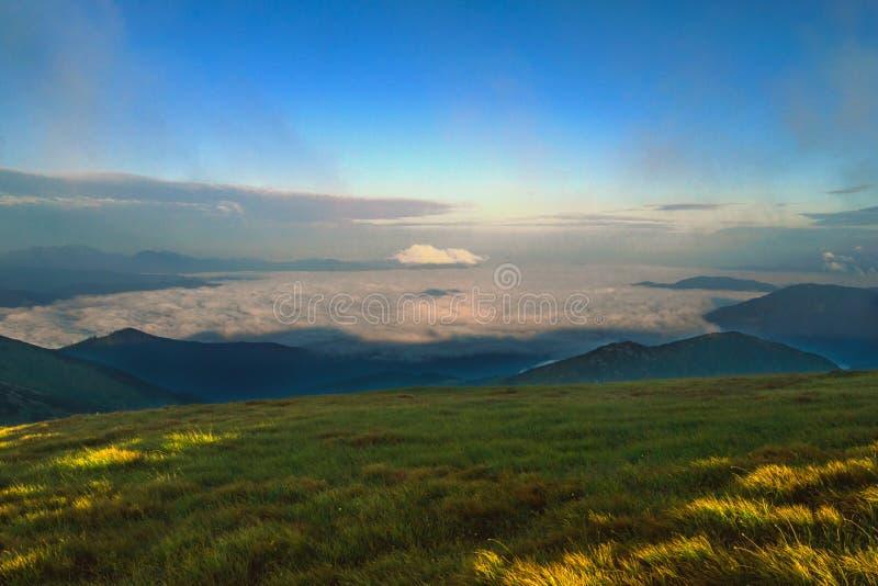 Mattina sopra le nuvole fotografia stock
