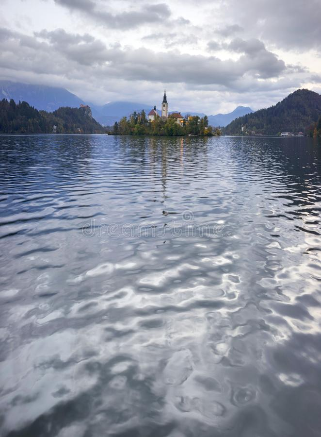 Mattina sul lago sanguinato fotografie stock