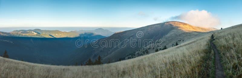 Mattina sulla cresta della montagna sotto cielo blu nella fine dell'estate fotografia stock