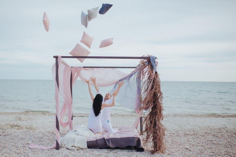 Mattina sulle coppie dei giovani della spiaggia fotografie stock libere da diritti