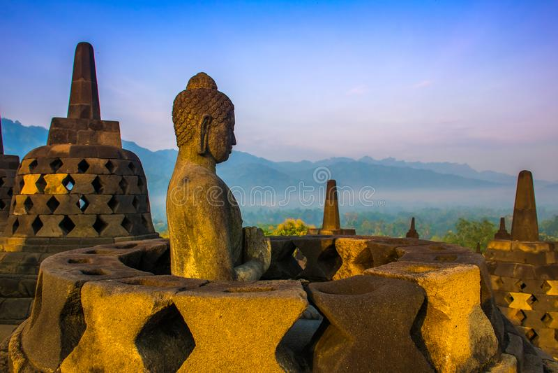 Mattina variopinta misteriosa di alba dal tempio buddista Borobudur complesso, Yogyakarta, Jawa, Indonesia immagini stock