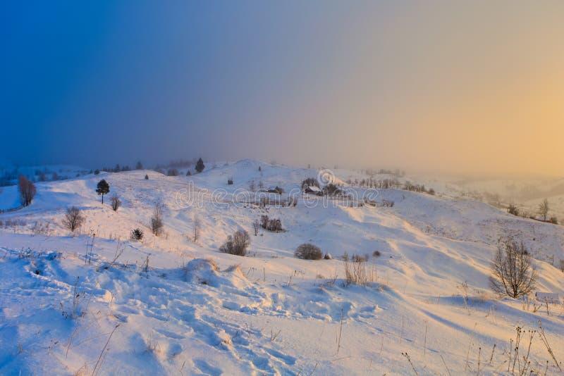 Mattina variopinta in montagne Paesaggio di inverno Mattina meravigliosa immagini stock libere da diritti