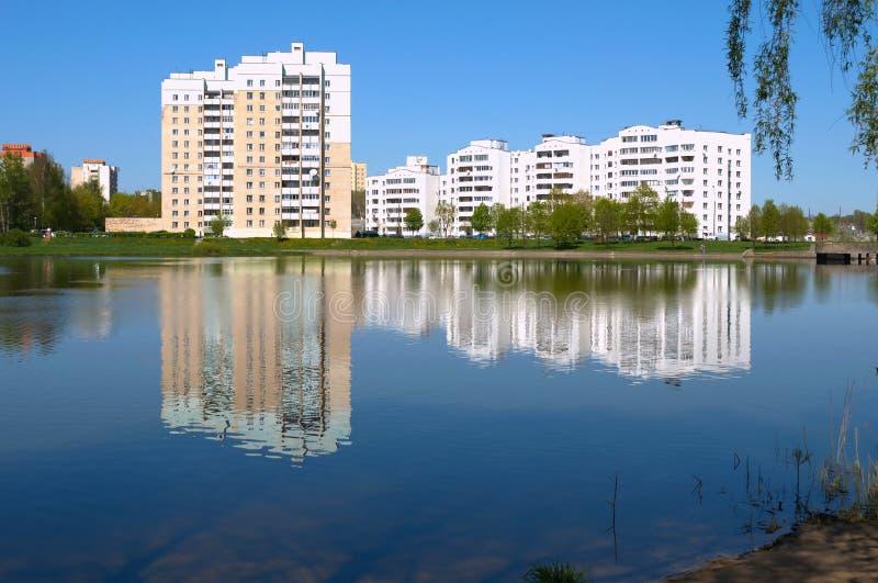 Mattina vicino al lago della città. immagini stock libere da diritti