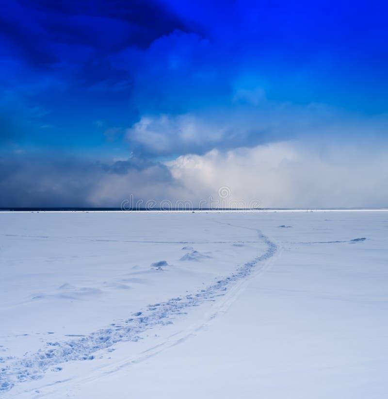 Mattina viva quadrata di inverno sul lago congelato con le orme fotografia stock libera da diritti