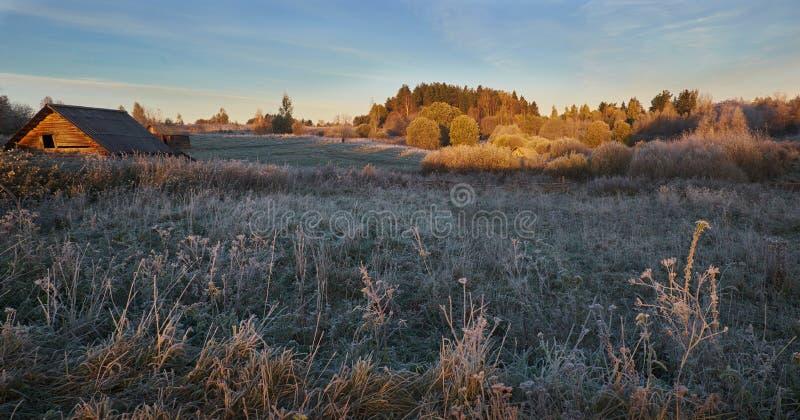 Mattino d'autunno nel villaggio fotografie stock