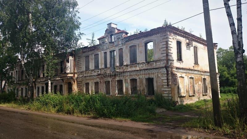 Mattone abbandonato e case di legno in pishchita, situato in Ostashkov, regione di Tver', Russia fotografia stock libera da diritti
