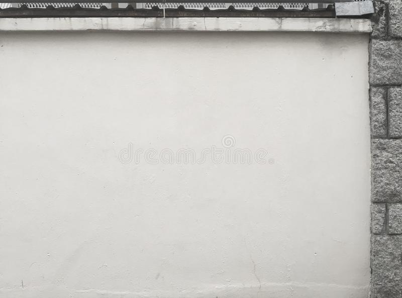 Mattone grigio bianco della pietra della parete da parte immagini stock