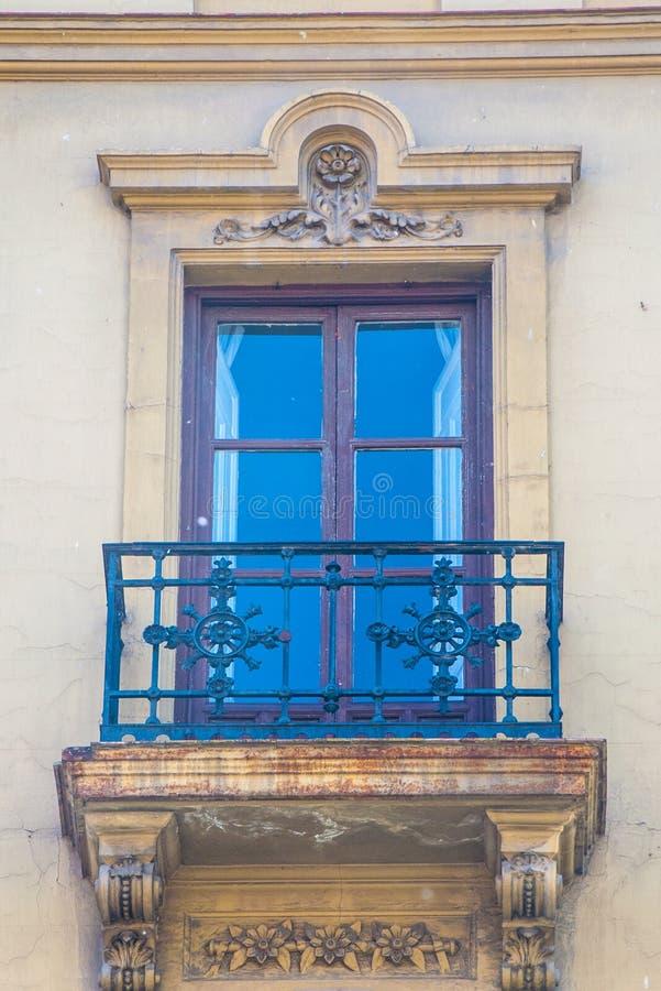 Mattone pastello e finestra e balcone tradizionali di legno in Spagna con la decorazione dello stucco immagini stock
