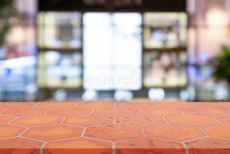 Mattone vuoto di lunedì di prospettiva che pavimenta il mattone dell'argilla sopra il fondo vago del centro commerciale, per il m fotografia stock libera da diritti