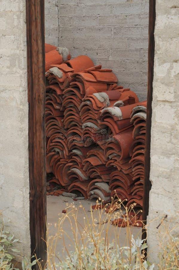 Mattonelle abbandonate ad una costruzione abbandonata del deserto fotografia stock libera da diritti